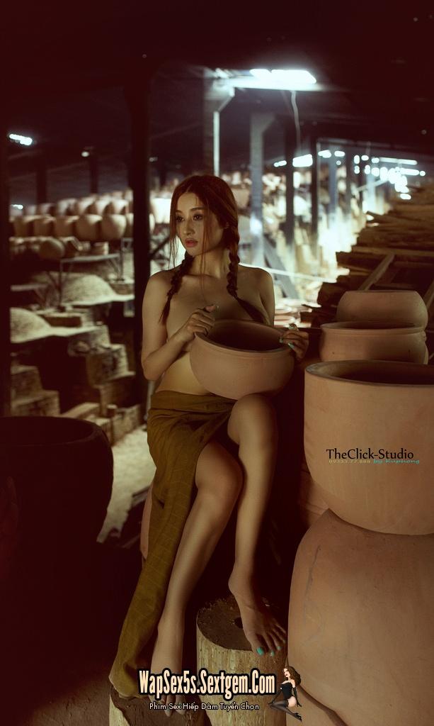 Gái xinh nude trong lò gốm
